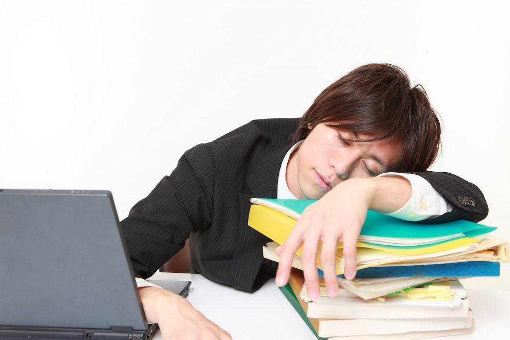 仕事中に眠い時の対処法|眠気が取れない午後に目を覚ます方法15選